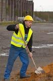 Terra de escavação do trabalhador da construção Foto de Stock Royalty Free
