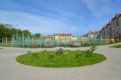 A terra de esportes da escola na cidade de Zelenogradsk imagens de stock royalty free