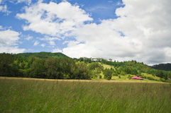 Terra de exploração agrícola com um celeiro vermelho Fotos de Stock Royalty Free
