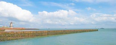Terra de proteção do dique contra o mar na luz solar Imagens de Stock