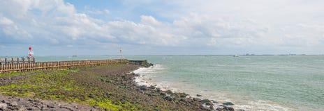 Terra de proteção do dique contra o mar na luz solar Imagem de Stock Royalty Free
