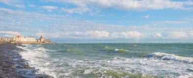 Terra de proteção do dique contra o mar na luz solar Fotografia de Stock Royalty Free