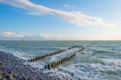 Terra de proteção do dique contra o mar na luz solar Foto de Stock