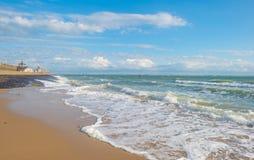 Terra de proteção do dique contra o mar na luz solar Foto de Stock Royalty Free
