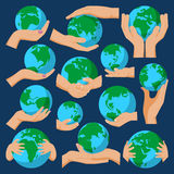 Terra del globo nell'illustrazione di vettore dell'icona della mano della tenuta Immagine Stock
