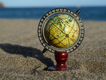 Terra del globo sulla spiaggia Fotografia Stock Libera da Diritti