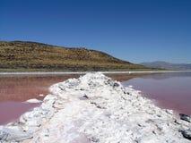 Terra del molo lungamente del percorso bianco a spirale del sale e sprial di collegamento Immagine Stock