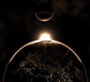 Terra del pianeta con i noleggi della luna Fotografia Stock Libera da Diritti