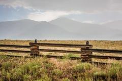 Terra del ranch sotto il Sangre de Cristo Mountains Fotografia Stock