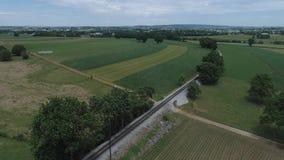 Terra dell'azienda agricola di Amish dalla pista della strada di ferrovia archivi video