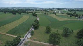 Terra dell'azienda agricola di Amish dalla pista della strada di ferrovia video d archivio