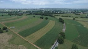 Terra dell'azienda agricola di Amish dalla pista della strada di ferrovia stock footage