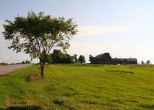 Terra dell'azienda agricola fuori dalla strada principale fotografia stock