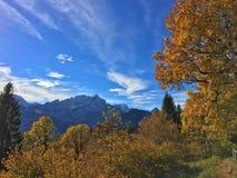Terra della Germania Werdenfelser delle alpi di autunno Immagine Stock