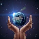 Terra della holding della mano. Fotografie Stock