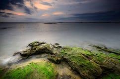 Terra della spiaggia della roccia della pietra della Tailandia di alba di tramonto della spiaggia del sole della sabbia di mare Immagine Stock
