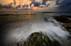 Terra della spiaggia della roccia della pietra della Tailandia di alba di tramonto della spiaggia del sole della sabbia di mare Immagini Stock Libere da Diritti