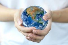Terra della tenuta della mano , Mondo del pianeta Elementi di questa immagine ammobiliati Immagine Stock