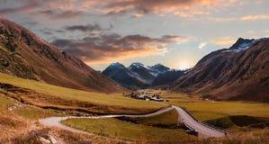 Terra della valle e villaggio pittorici del sertig nella mattina autunnale m. Fotografia Stock