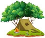 Terra di campeggio con la tenda ed il fuoco di accampamento illustrazione di stock