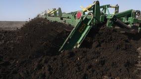 Terra di coltivazione del trattore in primo piano estremo archivi video