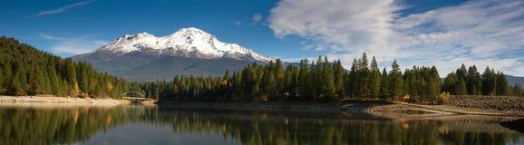 Terra di ricreazione di California del ponte del lago Siskiyou della montagna di Mt Shasta immagine stock