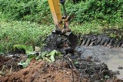 Terra di vangata dell'escavatore a cucchiaia rovescia immagine stock