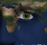 Terra dipinta sul fronte con l'occhio verde Fotografia Stock Libera da Diritti