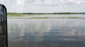 Terra do curso da aventura da vida sob o lago da água foto de stock royalty free