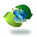 Terra do planeta com o verde que recicl setas e planta Fotos de Stock