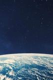 Terra do planeta do espaço na noite imagens de stock
