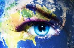 Terra do planeta e olho humano azul com composição violeta e cor-de-rosa do dia Pintura do olho Fotografia de Stock