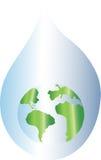 Terra do planeta na gota da água Foto de Stock