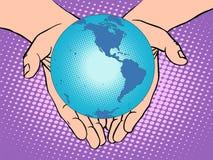 Terra do planeta nas mãos, no sul e na America do Norte Fotografia de Stock