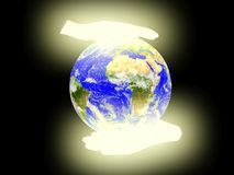 Terra do planeta no fundo das palmas. Fotos de Stock