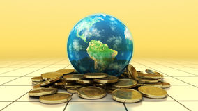 A terra do planeta senta-se na pilha superior de moedas de ouro Fotos de Stock Royalty Free