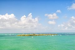 Terra e barche a vela dell'isola nel mare del turchese in Key West, S.U.A. Vista sul mare con le barche a vela su cielo blu nuvol Fotografia Stock Libera da Diritti
