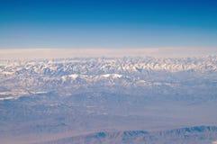 Terra e cielo blu, vista aerea Paesaggio della montagna Protezione dell'ambiente ed ecologia smania dei viaggi e viaggio La terra fotografie stock