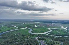 Terra e fiume di verde di vista aerea OA fotografia stock