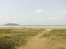 A terra e a montanha bonitas do mar Fotos de Stock Royalty Free