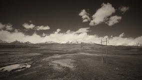 A terra e o céu claro no Sepia tonificam fotografia de stock