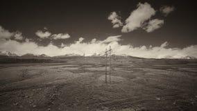 A terra e o céu claro no Sepia tonificam fotos de stock royalty free