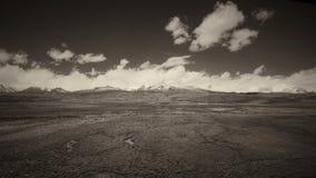 A terra e o céu claro no Sepia tonificam imagem de stock