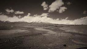 A terra e o céu claro no Sepia tonificam imagens de stock royalty free