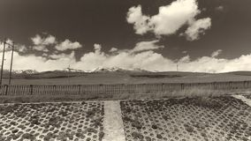 A terra e o céu claro no Sepia tonificam foto de stock