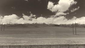 A terra e o céu claro no Sepia tonificam fotos de stock