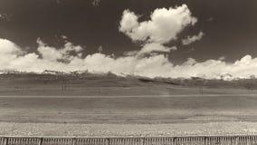 A terra e o céu claro no Sepia tonificam imagem de stock royalty free