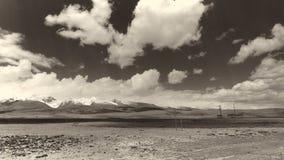 A terra e o céu claro no Sepia tonificam imagens de stock