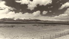 A terra e o céu claro no Sepia tonificam fotografia de stock royalty free