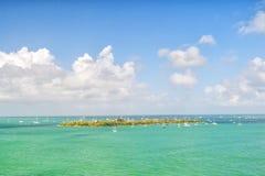 Terra e veleiros da ilha no mar de turquesa em Key West, EUA Seascape com os barcos de navigação no céu azul nebuloso Navigação e Fotografia de Stock Royalty Free